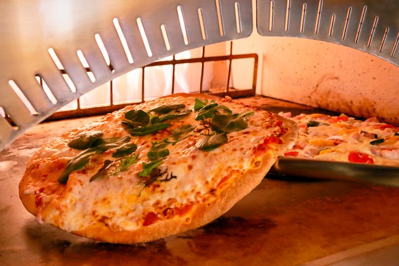 石窯で焼き上げるピッツァの画像