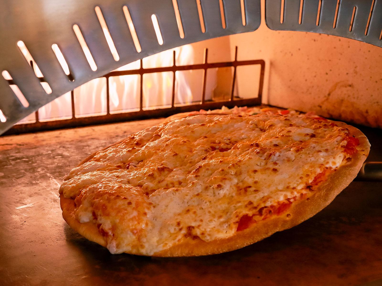 パンチェッタとグリル野菜のカルボナーラ風ピッツァ